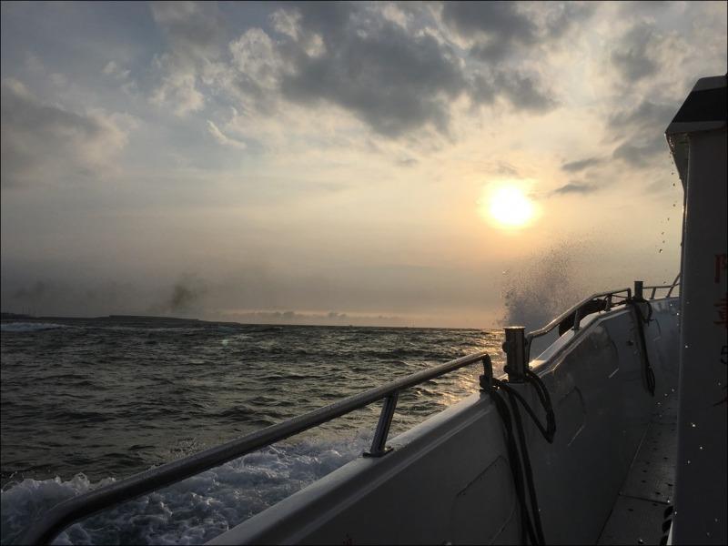 台湾_船の上で_淡水の夕日